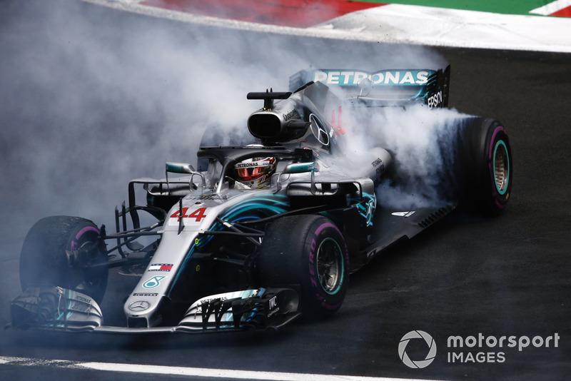"""Льюіс Хемілтон, Mercedes AMG F1 W09 EQ Power+, здобув титул Ф1 та виконує """"пончик"""""""