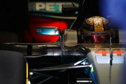 Lewis Hamilton, Mercedes AMG F1 W08, dans le garage