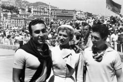 2. Eugenio Castellotti, Lancia, und 3. Cesare Perdisa, Maserati, mit Gridgirl und Harry Schell, Ferrari (Hintergrund)
