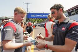 Romain Grosjean, Haas F1 Team, firma un autógrafo a un fan