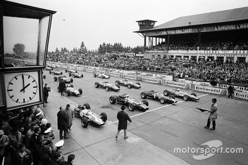 Ganadores de la pole Jim Clark, Lotus, John Surtees, Cooper, Jackie Stewart, BRM, y Ludovico Scarfiotti, Ferrari hecho en la primera fila de la cuadrícula