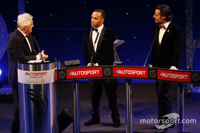 Nick Hamilton acepta el premio del piloto del año de la British Competition a nombre de su hermano,