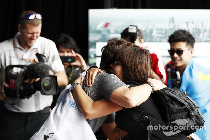 Fernando Alonso, McLaren, umarmt einen Fan