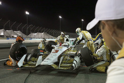 Helio Castroneves, Team Penske Chevrolet au stand