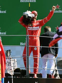 Sebastian Vettel, Ferrari, sur le podium avec une caméra TV