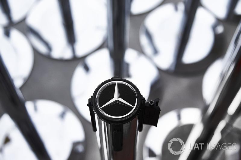 Insignia de Mercedes en el equipo