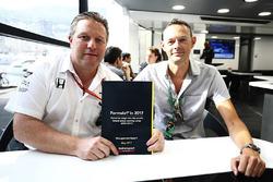 Motorsport-Network-Chef Zak Brown und Chefredakteur Charles Bradley mit den Ergebnissen der globalen Formel-1-Fanumfrage 2017