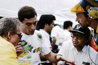 Gerard Ducarouge, diseñador de Lotus, Ayrton Senna, Lotus, Osamu Goto, responsable de Honda Racing Team, y Steve Hallam, ingeniero de Lotus