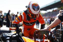Stoffel Vandoorne, McLaren MCL32, gets in his car