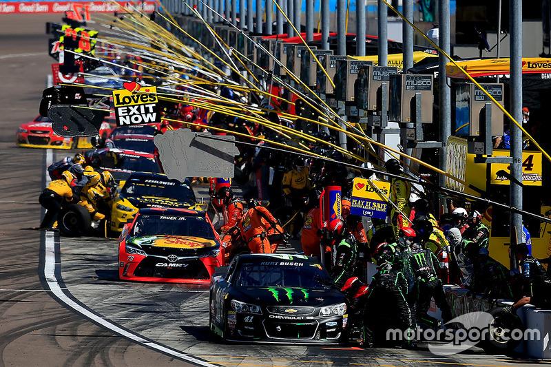 #8: Boxenstopp-Action mit Kurt Busch (Stewart/Haas-Chevrolet)