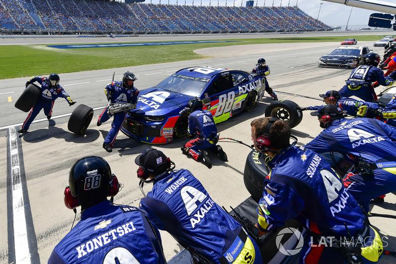 Alex Bowman, Hendrick Motorsports, Chevrolet Camaro Axalta, effettua un pit stop