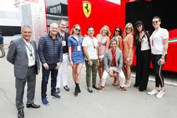 Un grupo de invitados VIP fuera de la autocaravana Ferrari