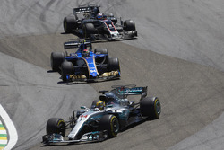 Lewis Hamilton, Mercedes AMG F1 W08, Pascal Wehrlein, Sauber C36, Romain Grosjean, Haas F1 Team VF-1