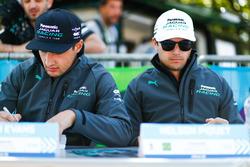 Mitch Evans, Jaguar Racing, Nelson Piquet Jr., Jaguar Racing, en la sesión de autógrafos