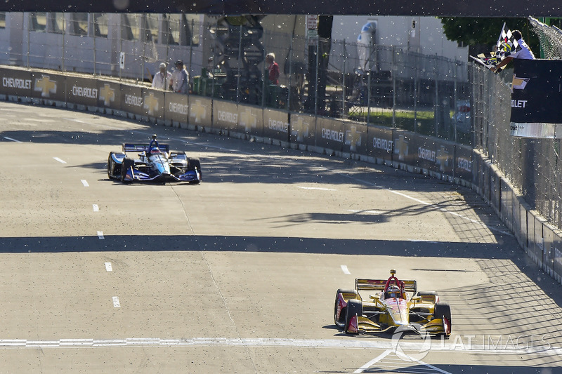 Ryan Hunter-Reay, Andretti Autosport Honda crosses the finish line under the checkered flag for the win
