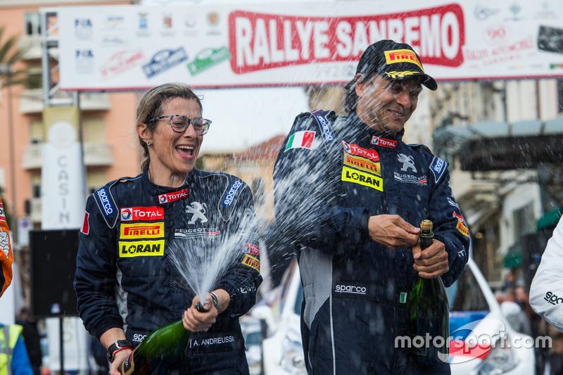 I vincitori Paolo Andreucci, Anna Andreussi, Peugeot Sport Italia, festeggiano con lo champage