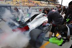 Romain Grosjean, Haas F1 Team, s'arrête avec une voiture fumante dans la voie des stands