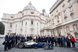 Foto di gruppo con Papa Fancesco e Alejandro Agag, CEO, Formula E