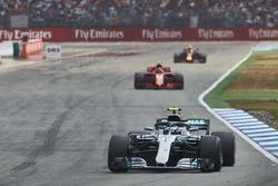 Valtteri Bottas, Mercedes AMG F1 W09, voor Kimi Raikkonen, Ferrari SF71H