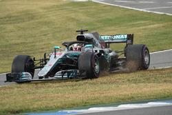 Lewis Hamilton, Mercedes-AMG F1 W09 cruza la línea del pitlane