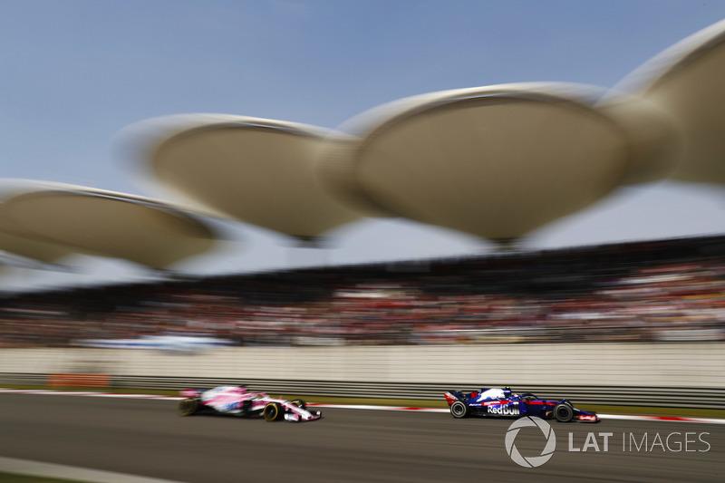 Pierre Gasly, Toro Rosso STR13 Honda, devant Sergio Perez, Force India VJM11 Mercedes