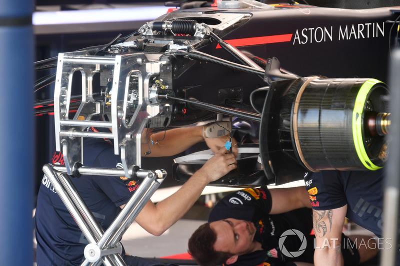 Red Bull Racing RB14, az első felfüggesztés részletei