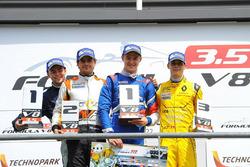 Егор Оруджев, Arden Motorsport, Том Дильман, AVF и Луи Делетраз, Fortec Motorsports на подиуме после гонки
