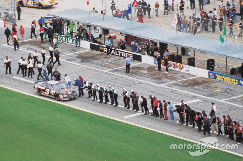 Dale Earnhardt feiert seinen Daytona-Sieg