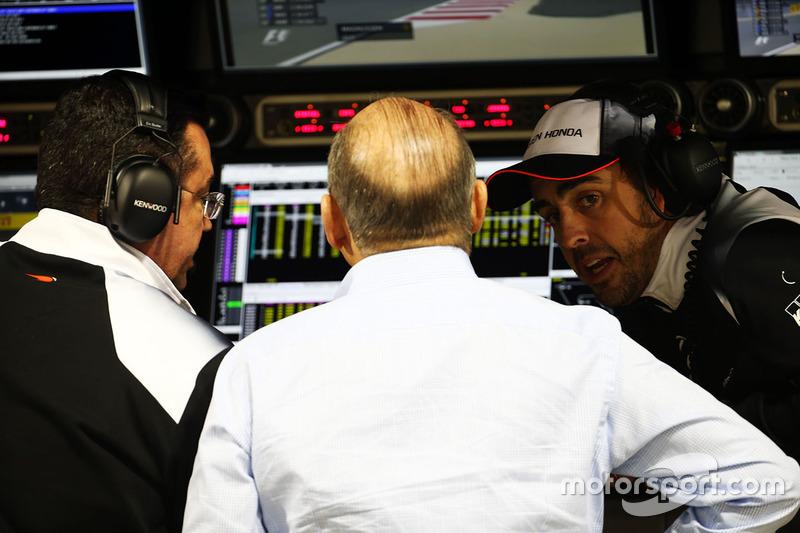 Эрик Булье, гоночный директор McLaren, Рон Деннис, руководитель и владелец McLaren и Фернандо Алонсо, McLaren