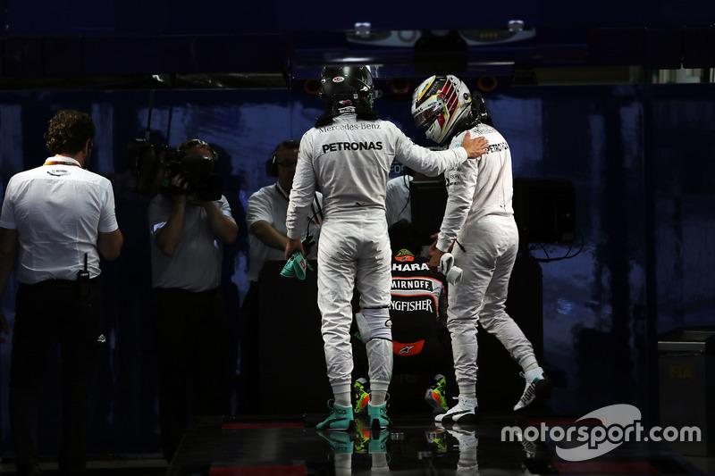 8: Гран Прі Японії, Сузука. Ніко Росберг і Льюіс Хемілтон, Mercedes AMG F1, у закритому парку