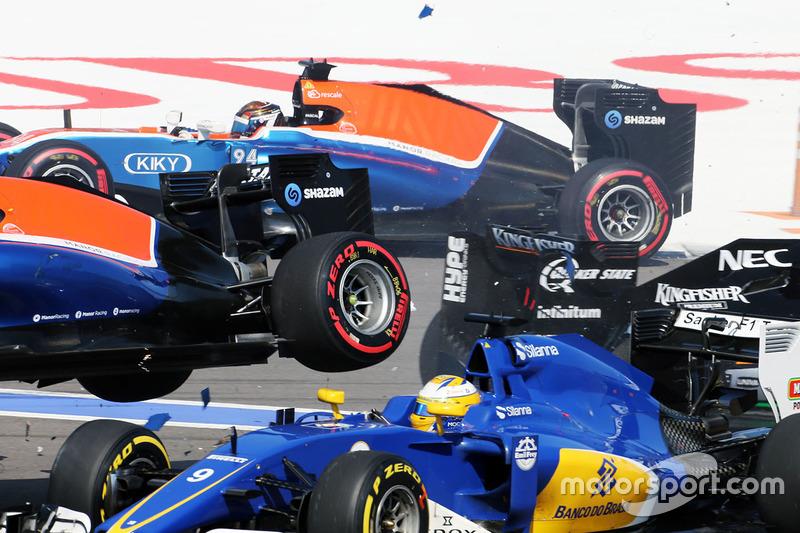 Авария на старте: Маркус Эрикссон, Sauber C35 и Рио Харьянто, Manor Racing MRT05