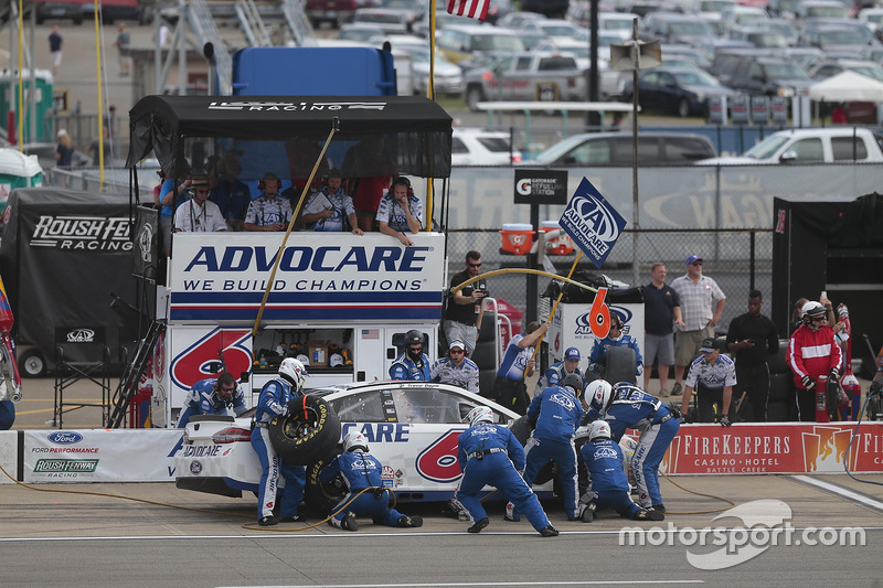 Trevor Bayne, Roush Fenway Racing Ford, pit action