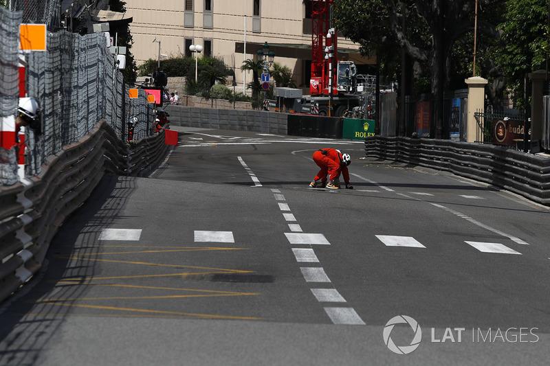 I marshal sventolano la bandiera rossa per riparare un tombino nelle FP2