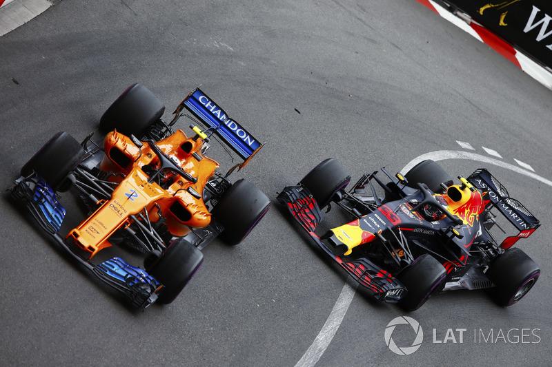 Stoffel Vandoorne, McLaren MCL33, y Max Verstappen, Red Bull Racing RB14