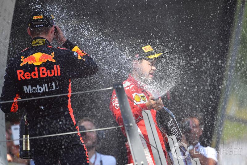 Max Verstappen, Red Bull Racing e Sebastian Vettel, Ferrari festeggiano sul podio con lo champagne