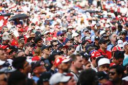 La folla attorno al palco della F1