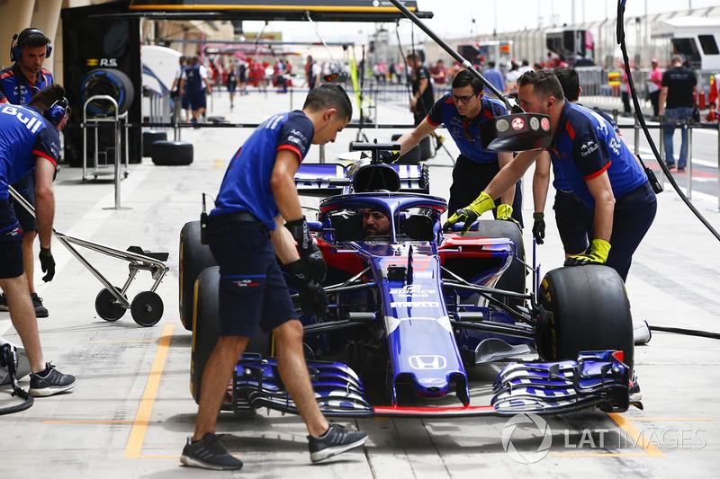 La voiture de Brendon Hartley, Toro Rosso STR13 Honda, pendant des essais d'arrêt au stand