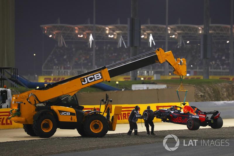 Mobil Daniel Ricciardo, Red Bull Racing RB14 Tag Heuer, diangkut mobile crane