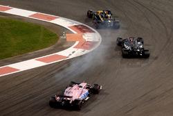 Nico Hulkenberg, Renault Sport F1 Team RS17 bloque une roue pendant la lutte avec Romain Grosjean, Haas F1 Team VF-17