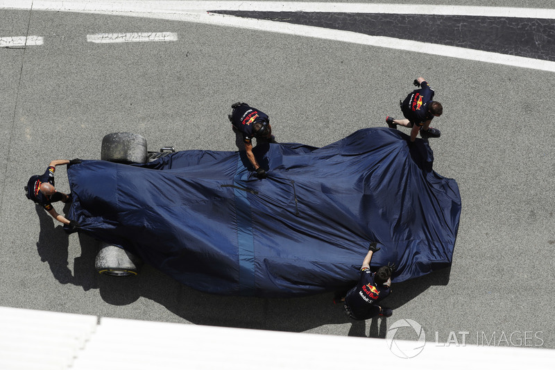 Los mecánicos llevan el coche de Daniel Ricciardo de vuelta al garaje