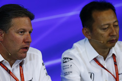 Zak Brown Director McLaren Technology Group, Yusuke Hasegawa, Director Gerente, Honda, en la Conferencia de prensa FIA