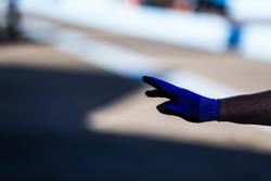 Handshuh eines Mechanikers