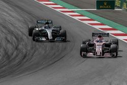 Sergio Perez, Sahara Force India VJM10 and Valtteri Bottas, Mercedes-Benz F1 W08