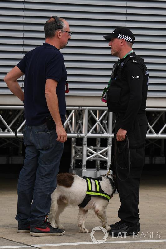 Polizist mit Hund im Fahrerlager