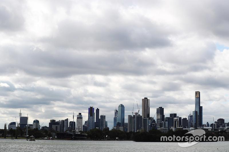 Die Skyline von Melbourne hinter dem Albert Park Lake