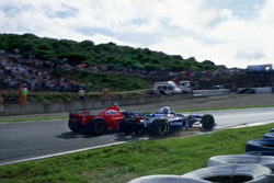 Michael Schumacher, Ferrari F310B membelok ke Jacques Villeneuve, Williams FW19 Renault di Curva Dry Sack
