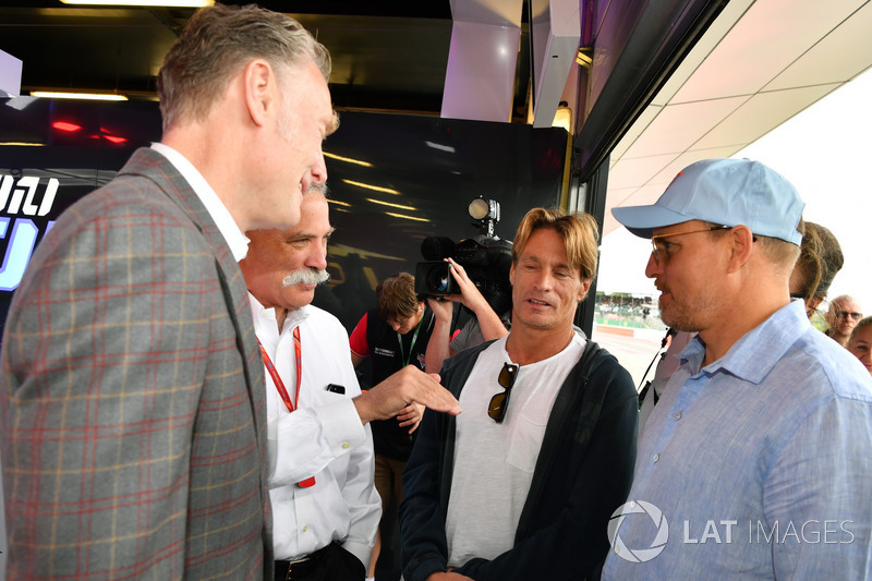 Sean Bratches, Formula One director comercial, Chase Carey, Director Ejecutivo y Presidente Ejecutivo de la Formula One Group y Woody Harrelson, Actor
