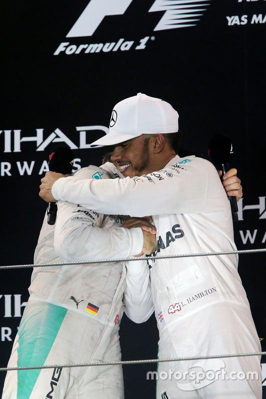Podium: segundo, Nico Rosberg, Mercedes AMG F1 celebra su campeonato con Lewis Hamilton, Mercedes AMG F1