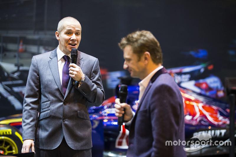 Stuart Codling y Allan McNish en el stand de F1 Racing