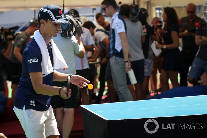 Pascal Wehrlein, Sauber  juega tenis de mesa